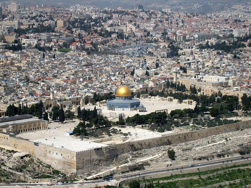 Musulmanes chocan con la policía y judíos visitantes en el Monte del Templo