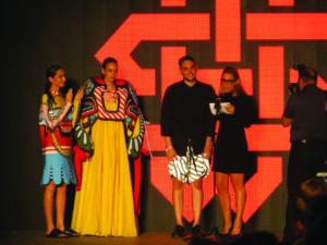 "Andrea Leitersdorf entrega el premio a Amir Mark por ""Lucky Charms"""