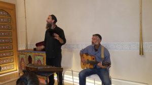 Eldad Levy y guitarrista en show ladino