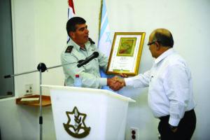 Gabi Ashkenazi honrando a Meir Dagan, director saliente del Mossad