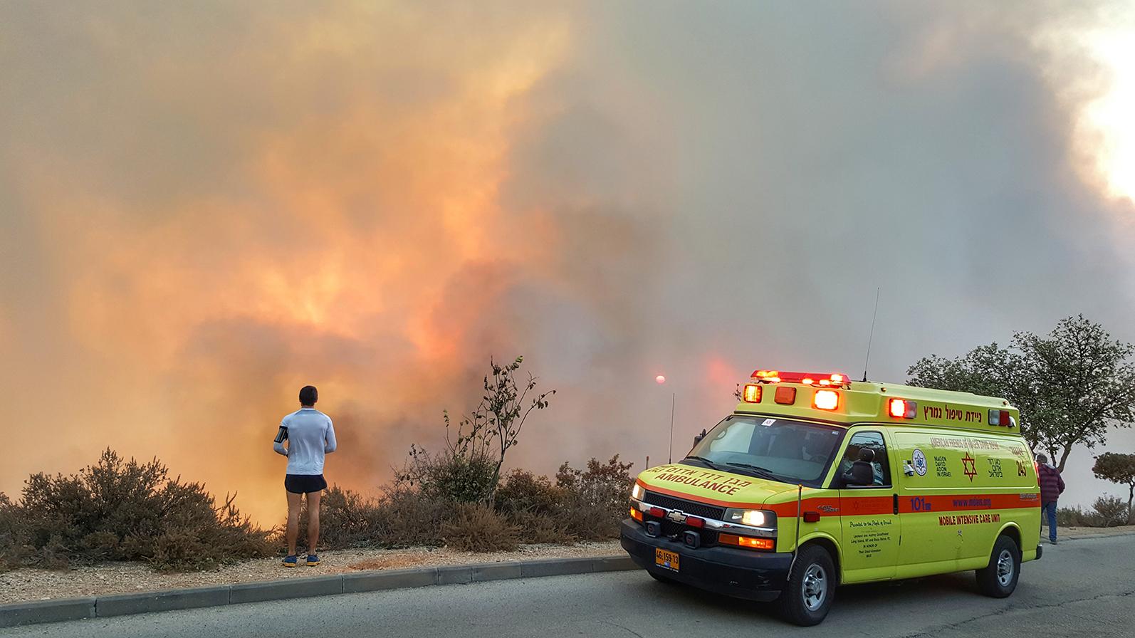El humo cubre Haifa: evacúan habitantes