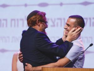 El parlamentario Yehudah Glick, abraza a Kabahah Muawhiya, voluntario árabe. Foto de Aharon Crown/United Hatzalah.