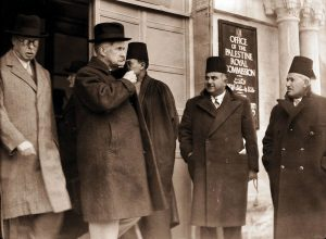 Peel después de tomar testimonio árabe en la Comisión 1936. Foto: Wikipedia
