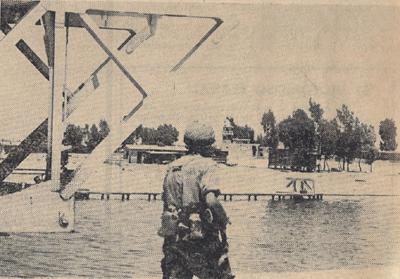 Vigía israelí en la orilla del canal de Suez