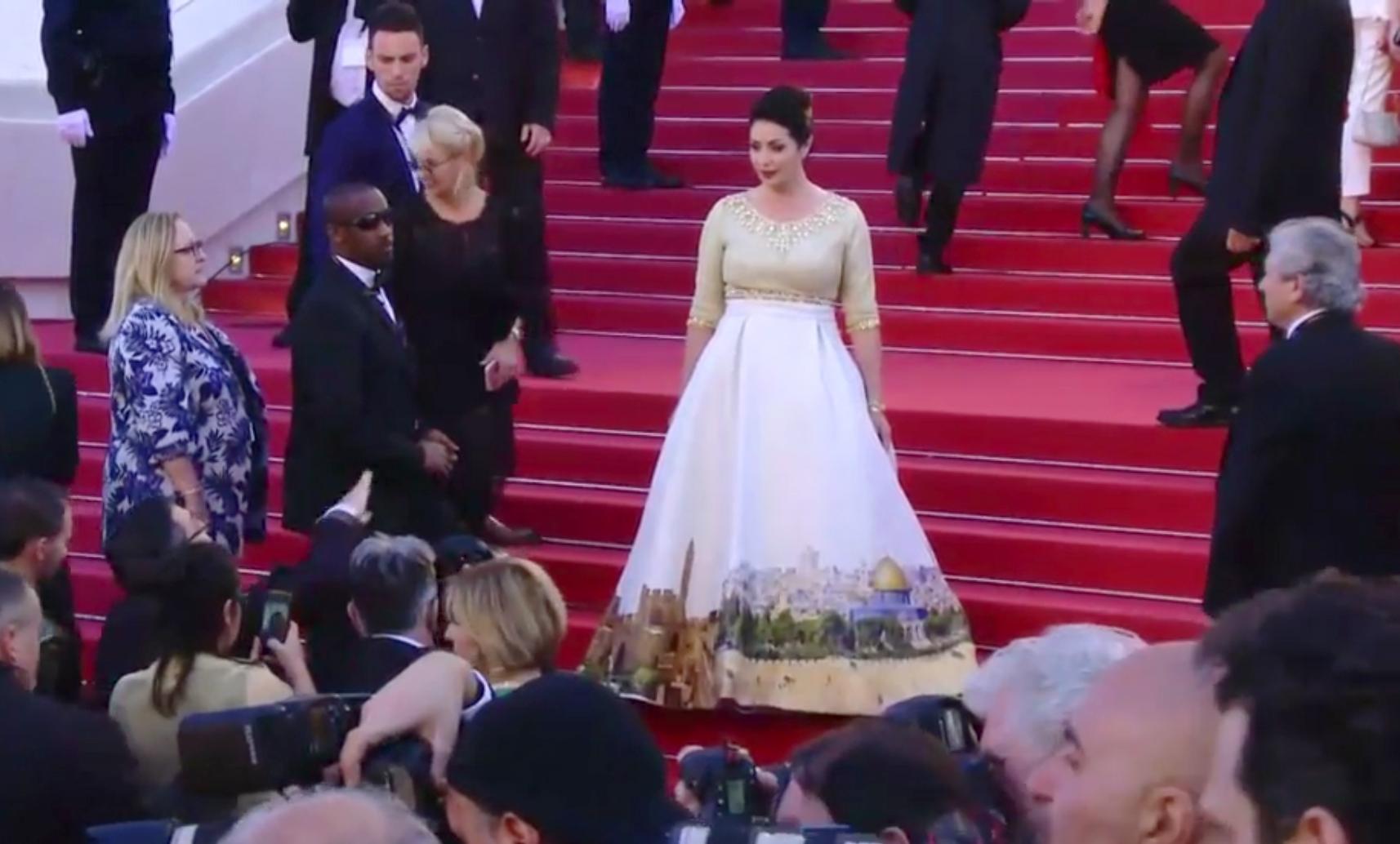 Este es el impactante vestido que esta causando indignación (FOTOS)