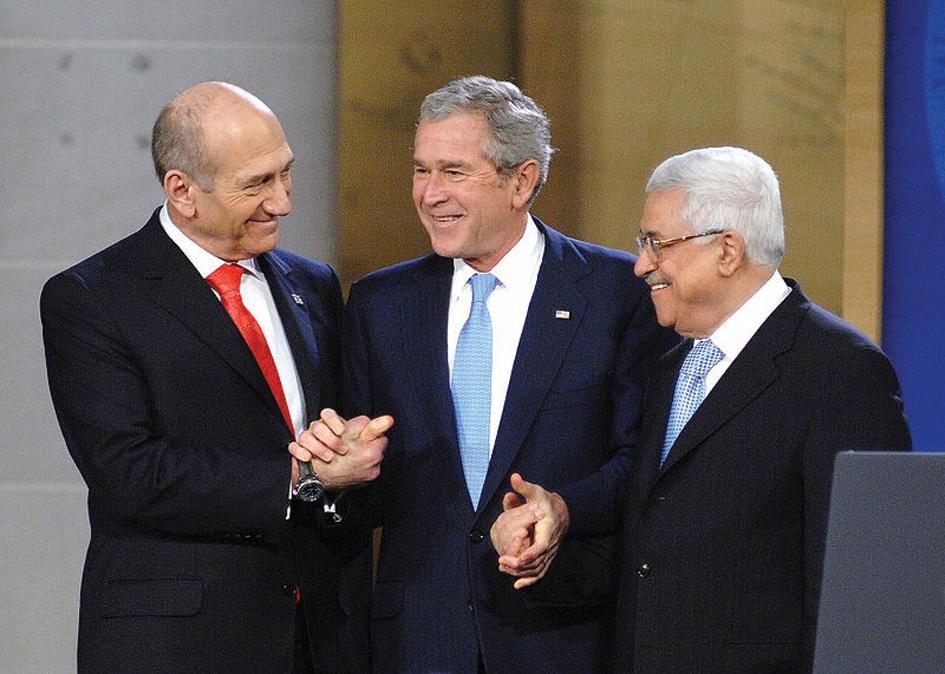De izq a der.: Ehud Olmert, George W. Bush y Mahmoud Abbás