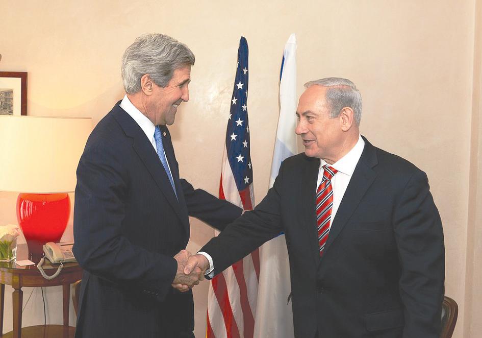 John Kerry saludando a Biniamín Netanyahu