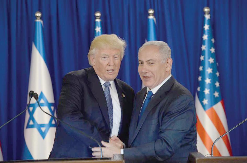 En la visita de Trump a Israel estrecha manos con el Primer Ministro