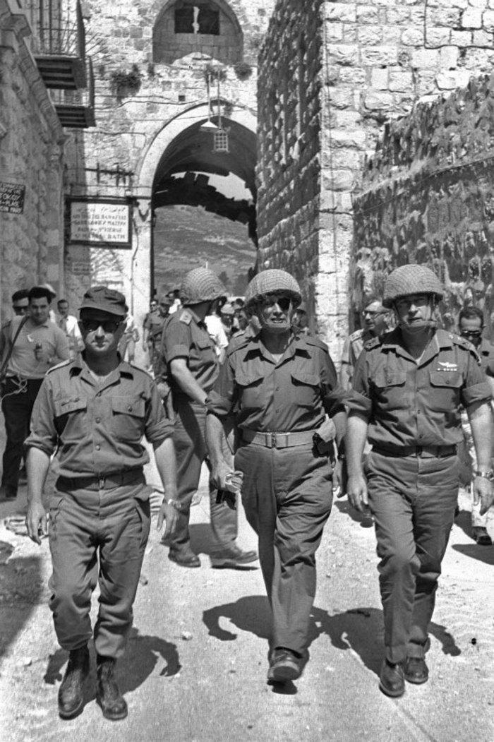 Uzi Narkis, Moshé Dayán e Itzjak Rabin. Foto: Flickr, Wikipedia