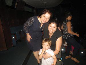 Avigail, Sharon y su hijo bailando con Dondurma