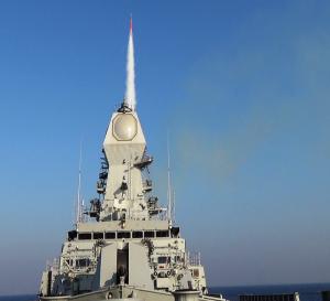 La nave india INS Kolkata lanza un misil de largo alcance Barak-8 Foto: Marina de la India Wikimedia CC BY 2.5 in