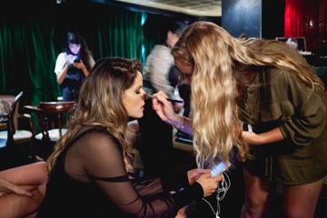 Noa en maquillaje detrás de la escena. Fotos: Dima Rinstein