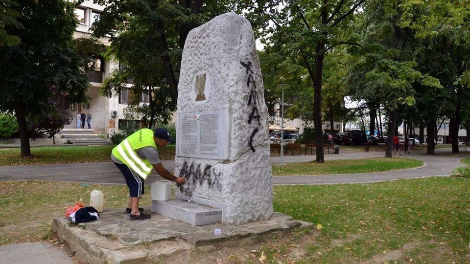 Profanan con símbolos musulmanes un monumento en memoria del Holocausto