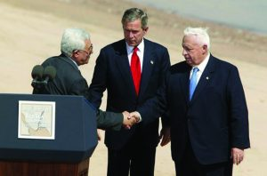 Mahmoud Abbás, George Bush y Ariel Sharon