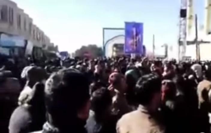 Miles de personas protestan contra el régimen en Irán