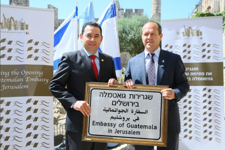 El intendente de Jerusalén entrega a Morales una placa para la nueva embajada