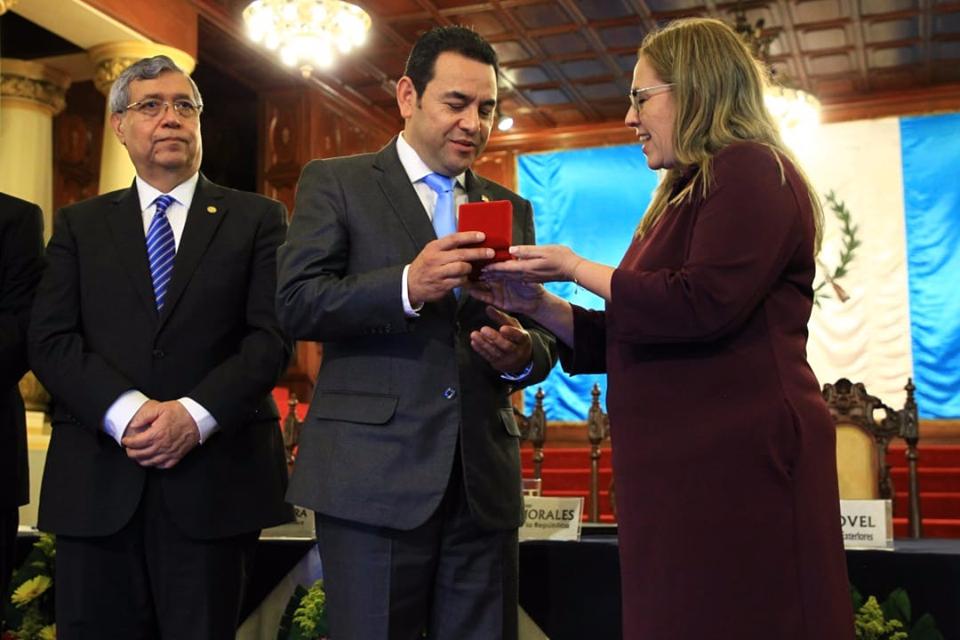 El presidente de Guatemala recibe una moneda conmemorativa del Estado de Israel