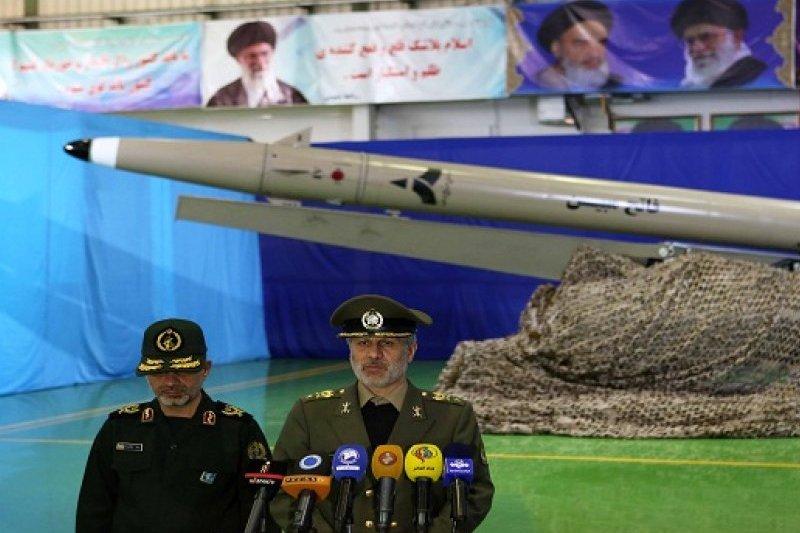 Irán presentó nuevo misil balístico, probado con